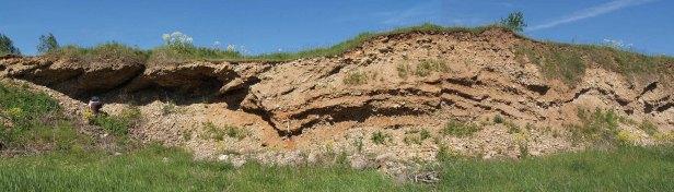 Joonis 1. Kihilaadselt tsementeerunud liiva-kruusalasund Pehka karjääris (Foto: Mare Isakar).